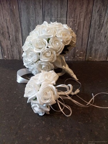 Bruidswerk Maatwerk foam Wit + Parelmoer met Diamantjes -  Bruidsmeisjesboeket
