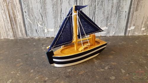 Maritiem Zeilboot 10 cm. Blauw Maritiem Zeilboot 10 cm. R